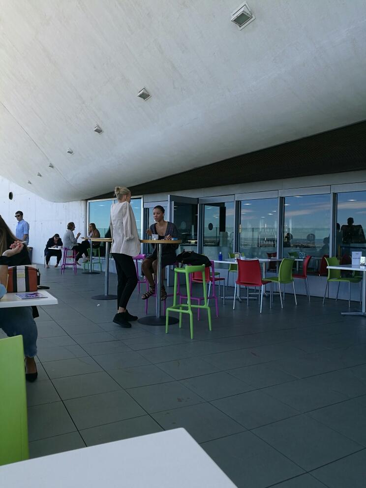 modelos-fumando-en-la-terraza-de-la-acfeteria